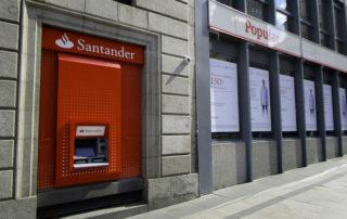 Banco Santander junto a Banco Popular en una calle