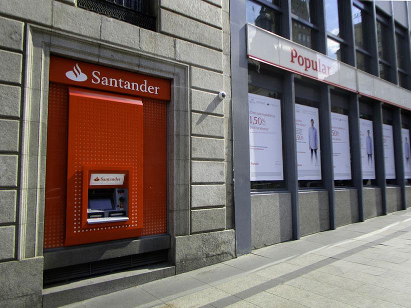 Cajero de Banco Santander junto a oficina de Banco Popular